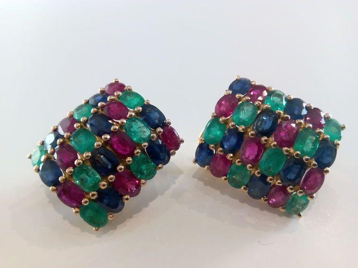 Rechthoekig-vormige gouden oorbellen set met emerald ruby en sapphire edelstenen.  18 kt gouden oorbellen set met ovaal-cut Edelstenen oorbellen metingen 6 x 4 mm. meten: 24 x 20 mm. Emerald edelstenen met een gewicht van elke 036 ct saffier en ruby edelstenen met een gewicht van elke 0.52 ct. Gouden gewicht: 22.0 g. Emerald edelstenen totale karaat gewicht: 16 x 0.32 ct = 5.12 ct. Sapphire edelstenen totale karaat gewicht: 16 x 0.52 ct = 8.32 ct. Ruby edelstenen totale karaat gewicht: 16 x…