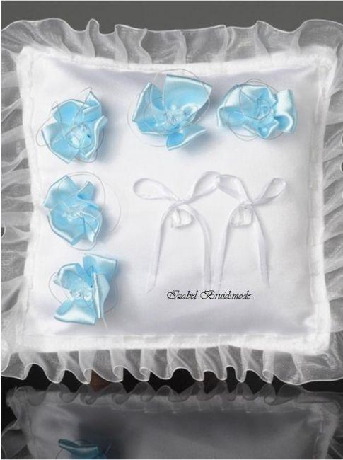 """Ringkussen met licht blauwe bloemen. Gemaakt van satijn en organza. Met twee strikjes om de trouwringen mee vast te maken. """"Something blue"""" voor Uw Trouwdag! -"""