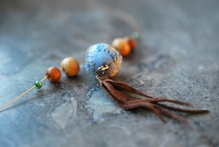 Halskjede med tekstilperle i blått og skinndusk