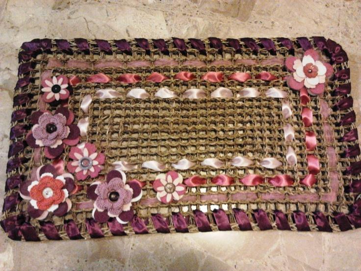 Zerbino con fiori in feltro, crochet e nastri in raso