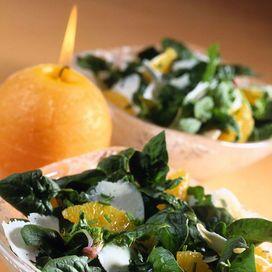 Ingredienti succo fresco di limone 2 cucchiai di olio di oliva extravergine 120 g di pecorino romano qb sale 200 g spinaci 1 aranciaerba cipollinaLavate con cura 200 g di spinaci teneri e asciugateli