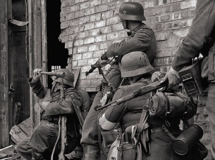 German soldiers in urban combat at the Battle of Stalingrad (Russia - 1942/1943)