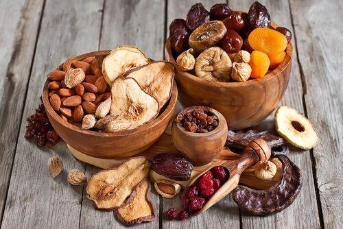Vi spieghiamo quali sono le proprietà dei diversi tipi di frutta secca e quale conviene mangiare, a seconda delle malattie o dei disturbi.