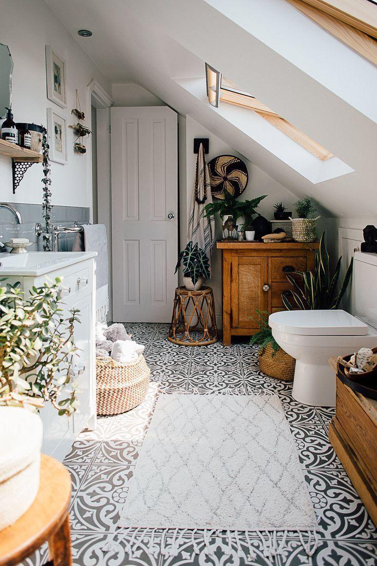 Einfarbige Bodenfliesen – Theresos Boho-Stil mit vier Betten. Scandi-Bad