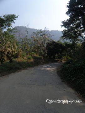 El camino hacia Pozo Azul en Minca, Santa Marta, Colombia.