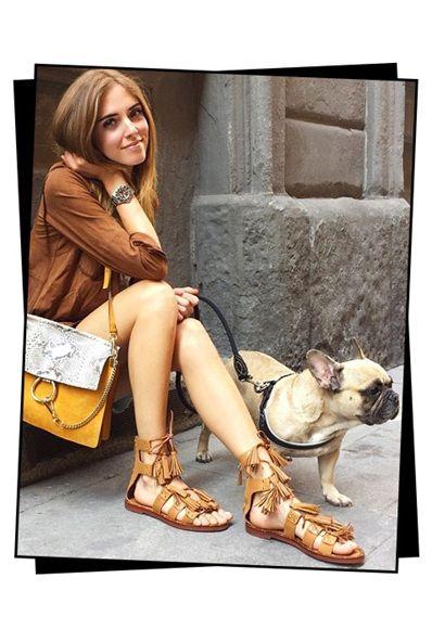 El último grito en sandalias: con tiras atadas al tobillo y flecos. Como las que lleva la blogger Chiara Ferragni, quedan perfectas con una camisa y shorts de denim: Sandalias anudadas a la pierna en ante FLO de ASOS: