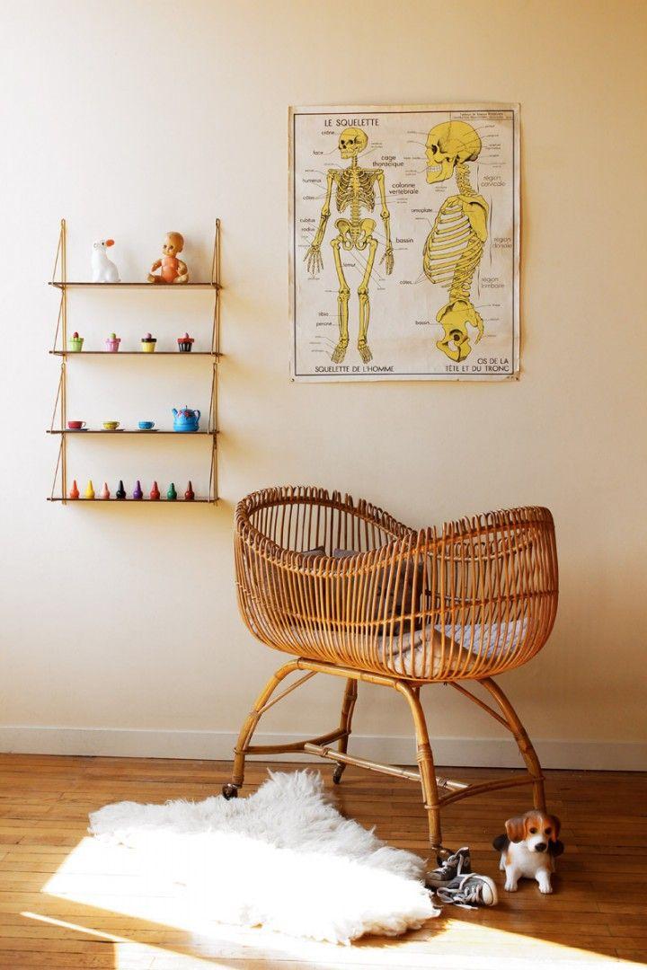 Chambre de bébé à l'ambiance vintage et décalée, berceau en rotin vintage, étagères Tomado et affiche d'école