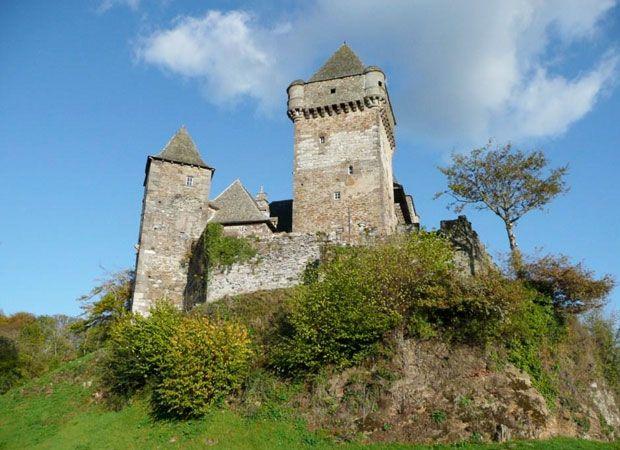 Le château de Messilhac Le château de Messilhac, est situé sur la commune de Raulhac dans le Cantal. Sa construction très ancienne remonte au XIe siècle. Au cours de la Guerre de Cent Ans, le château fut occupé par les anglais qui avaient envahi la Haute Auvergne.  http://www.auvergne.fr/article/chateau-messilhac