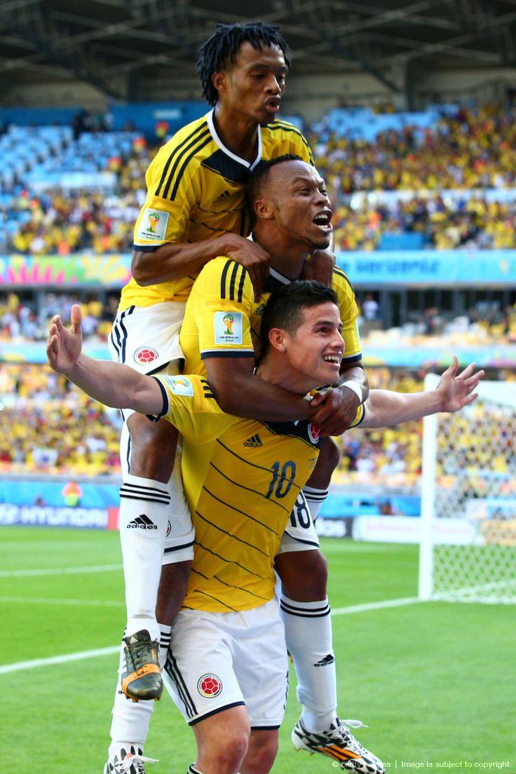 """El triunvirato colombiano: James Rodriguez, Juan Camilo Zuñiga y Juan Guillermo Cuadrado celebran la victoria, de regreso al «2014 FIFA Copa Mundo Brasil, """"todos en un mismo ritmo""""» [sábado, 14 de junio de 2014]."""