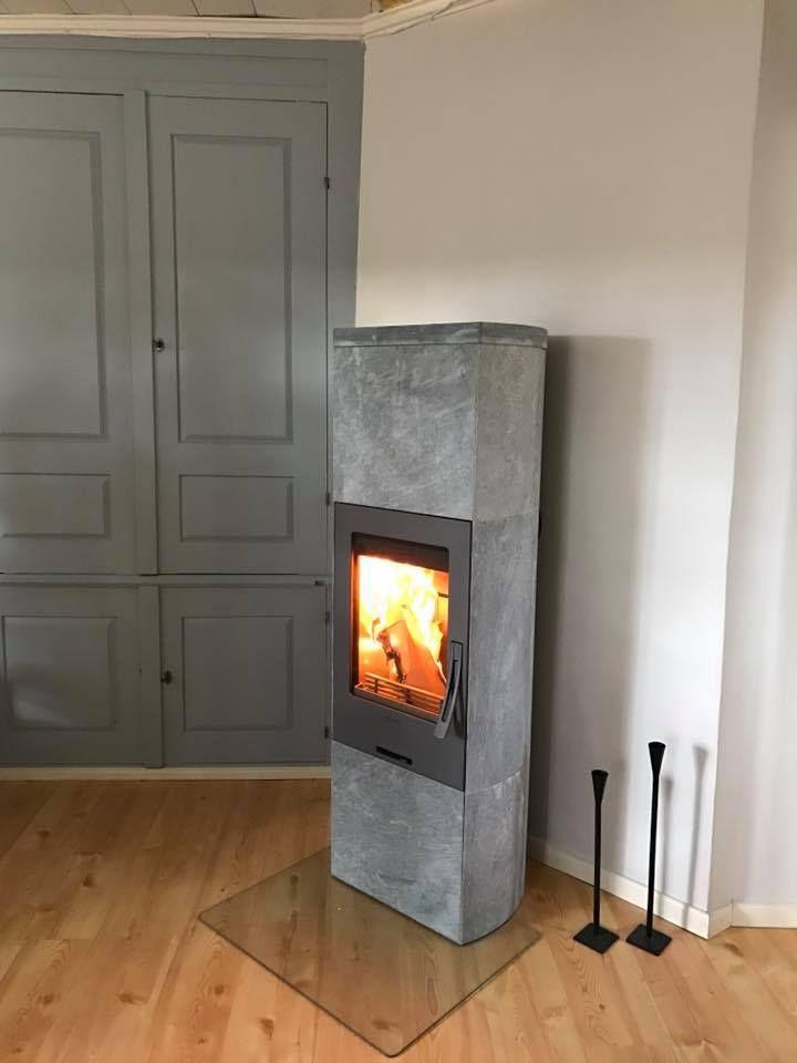 Täljstenskaminen Contura 34T har en rejäl omramning i täljsten och bjuder på lång och skön värme. Kaminen går även att utrusta med extra värmemagasin för extra lång värme. Installerad av Ämtab. #braskamin #inredningsdetaljer #pardörrar