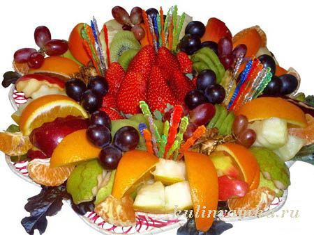 Hermosa fruta en rodajas - decoración de la mesa de vacaciones