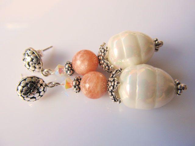 Oorbellen Karline witte grote shellparel met zalm maansteen en swarovski kristal en mooie oorsteker. geheel zilver. www.doloressieraden.nl