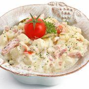 gemarineerde kip ala La Place V&D, creoolse kip/ kipkerrie salade en eisalade  Ck: kip te marineren in olijfolie en massala kruiden ( soort kerrie poeder) De kip wordt daarna gebakken in de oven (200 graden, 20 min) Voor de saus gebruik je bosui in ringetjes. Mayonaise, gembersiroop limoensap, massalakruiden en zout en peper.  De kip in kleine stukjes snijden en mengen in  Es: - 500GR EI - 150GR Prei - 150GR Geraspte Kaas, Boeren belegen - 150CC Mayonaise  - 5GR Zout/Peper melange
