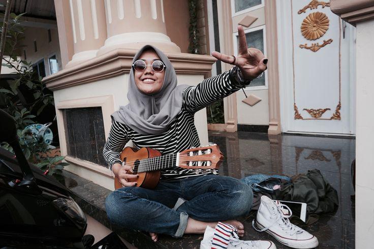 Saturday vibes #guita #converse #whiteconverse #ukulele