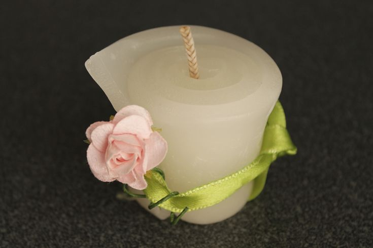 https://flic.kr/p/yEG4JY | ROLLED WHITE CANDLE | Rolled white candle, decorated with a light pink cloth rose and a light green ribbon; 100% natural essential oil with peppermint fragrance. Size: 45 x 50 mm.   Handmade.   Read more:   www.ilmiomondoincera.com