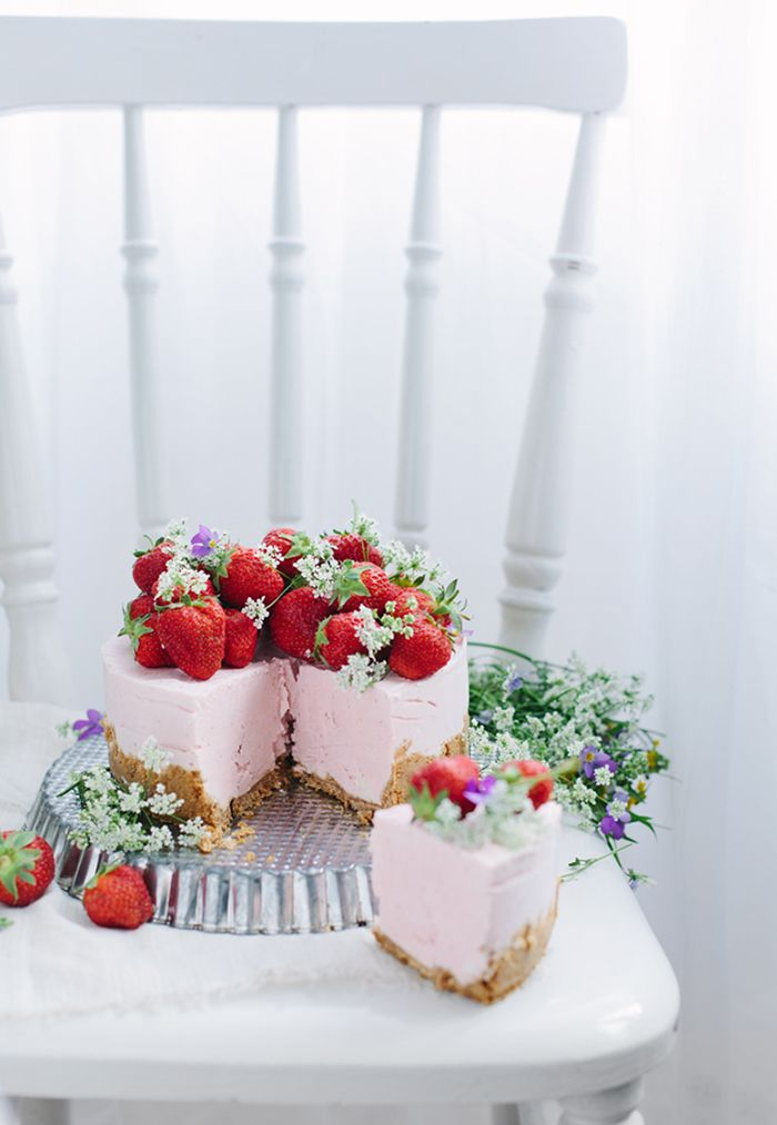 Ideen für Hochzeitstorten 2015 | Friedatheres.com  Hochzeitstorte mit Erdbeeren von Call me Cupcake