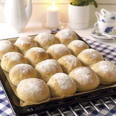Ett brytbröd med dinkel är lätt att göra och bullarna blir saftiga och goda.
