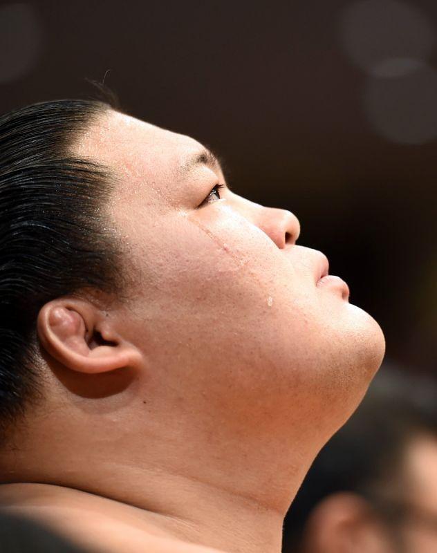 取り組み前、土俵上を仰ぎ見る豪栄道=東京・両国国技館で2016年9月19日、喜屋武真之介撮影