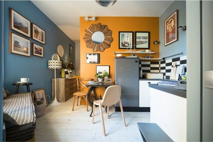 Кухня в стиле кафе с оранжевой акцентной стеной
