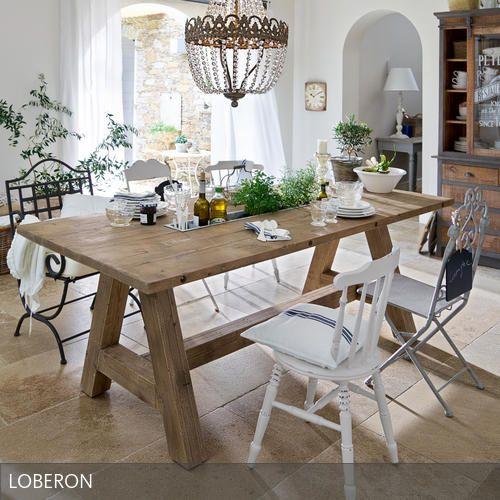 Toller Massivholztisch – durch die hellen Stühle wirkt der Tisch trotzdem schick