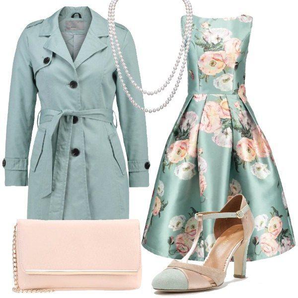 Abito con stampa a fiori per festeggiare l'arrivo della primavera. Il trench è a tinta unita e le scarpe bicolor hanno un comodo tacco. La pochette in similpelle è color pesca. Completa l'outfit un'elegantissima collana di perle.