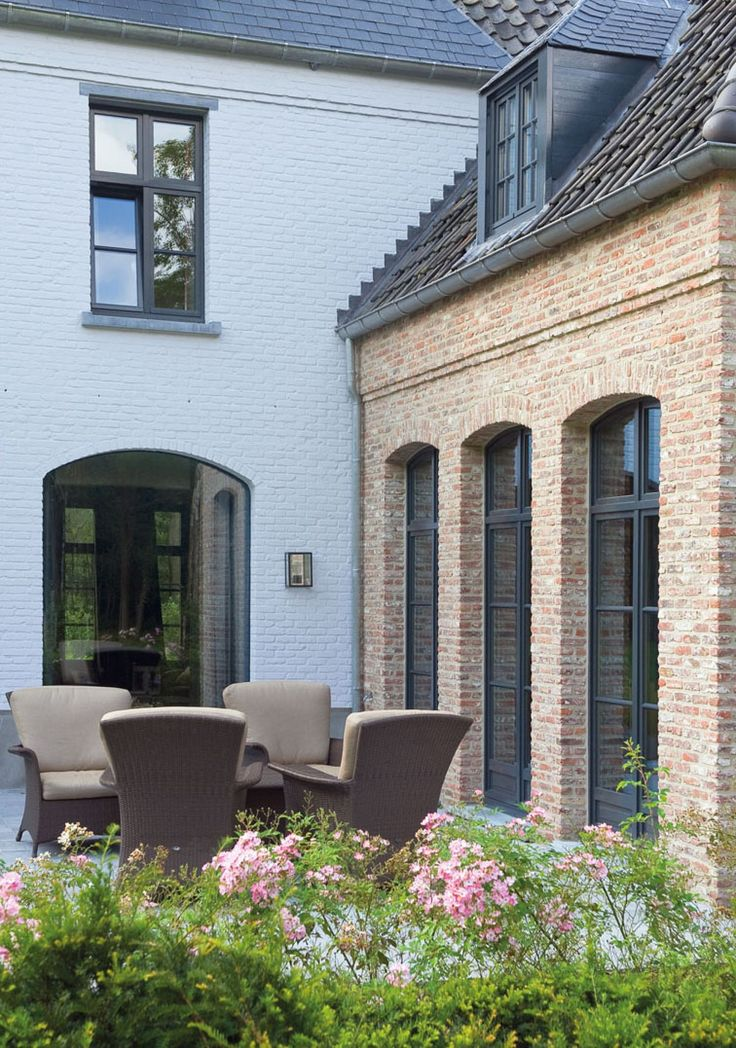 GREAT COMBINATION WHITE BRICK AND LIME WASHED BRICK. STEEL CASEMENT WINDOWS. TERRACED