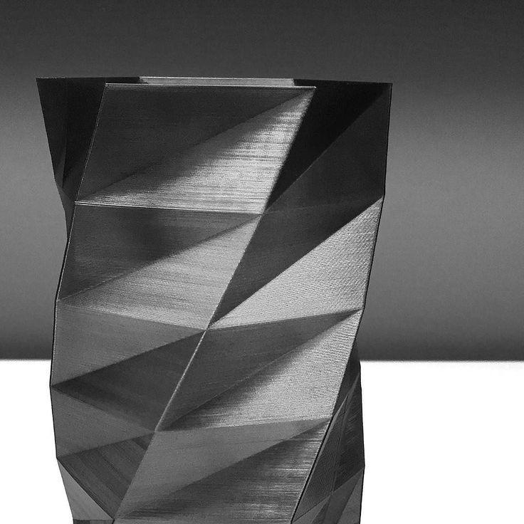 Добое утро друзья! Взгляните на эти грани будущего. Непривычные футуристические формы сегодня принимают обычные предметы окружающие нас. Эта многогранная геометричная ваза была создана также с помощью 3д принтера воплотившего набросок художника в объемное функциональное изделие. #дизайнинтерьера #ваза #артобъект #модерн #необычныйподарок #футуризм #технологии #3дпечать #3dprinting #design #spbgram #впитере #вспб by bleekgroup