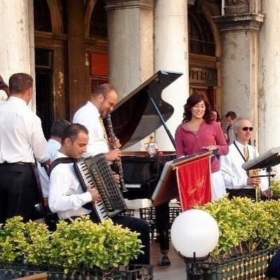 Throwback to 2006 in Venice, when my tour guide got me up to sing with the jazz band at Piazza San Marco. So spontaneous and a memory I'll keep with me always ❤  In this photo I'm singing Summertime 🎶  #memories #tbt #venice #piazzasanmarco #singing #jazz #classic #summertime #jazzband #spontaneous #momentintime #holiday #memory #venezia #visitvenice #visititaly #instatravel #instamoment #instasing #instamusic #melbournelifelovetravel