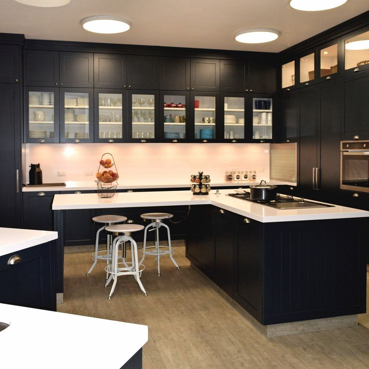 Cocina negra con cubierta de silestone blanco