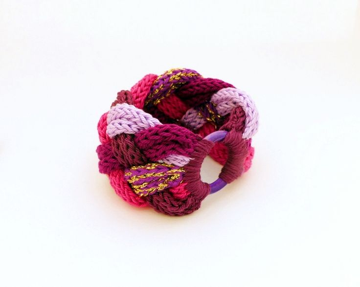 kötött - fonott karkötő rózsaszín és lila árnyalatokban, fa karikával / knitted - braided bracelet in shades of pink and purple with wooden ring