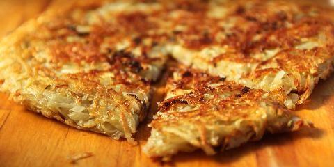 Potetpannekake - Så enkelt er det å lage potetpannekake. Et potetpannekake lages av revne poteter og løk som du presser ned i en stekepanne og steker gyllen med smør.