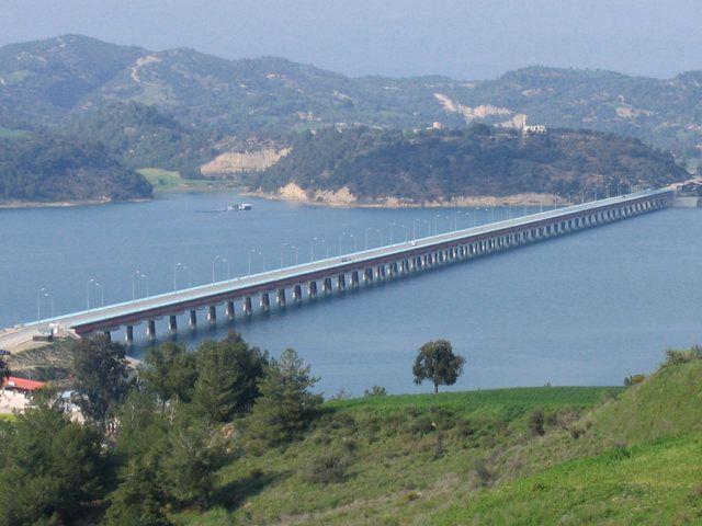 Türkiye'nin en uzun köprüsü Adana'daki Çatalan Köprüsü'dür. Asıl amacı Adana'nın içme suyunu sağlamak olan 1575 metre uzunluğundaki bu köprü aynı zamanda Adana merkez'i Karaisalı'ya bağlamaktadır. Bu köprü Seyhan Baraj Gölü'nün üzerinden geçmektedir.