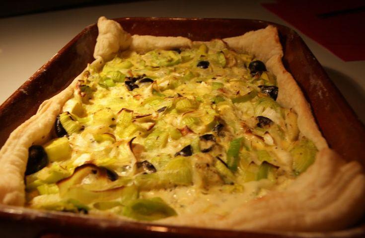 Een snel recept voor quiche (of pizza) op basis van bladerdeeg, prei en kaas. De verrassing zit in de saus: ei met ei, en verder niks. Meestal zit er ei én room in een hartige taart, maar alleen ei geeft voldoende stevigheid aan de vulling en smaakt anders.