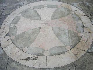 Croix occitane sur le parvis de la basilique Saint-Sernin, Toulouse (France)
