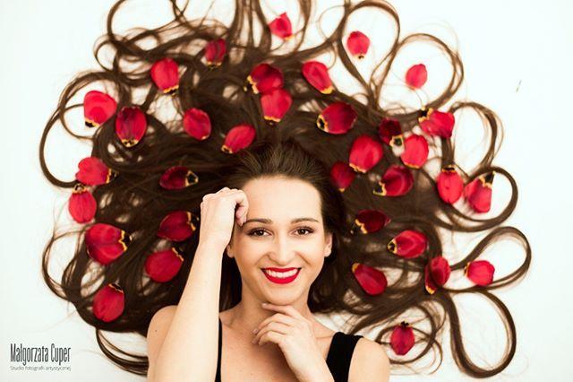 Kwiaty We Wlosach To Jest Najlepszy Tytul Do Tego Zdjecia To Spotkanie Z Ewelina Kulasza Miss Internetu 2019 Na Dlugo Photoshoot Poses Photo Photoshoot