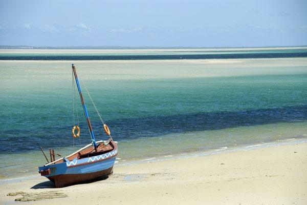 Ibo Island, Quirimbas Archipelago - Mozambique. Ibo Island was ooit de hoofdstad van Mozambique, met een haven waar Swahili, Arabisch en Portugese culturen heerlijk door elkaar galmden. Vandaag heeft de plek nog steeds charme, al moet u deze tegenwoordig eerder in het zonnebaden, snorkelen of kajakken langs de verlaten kust zoeken.