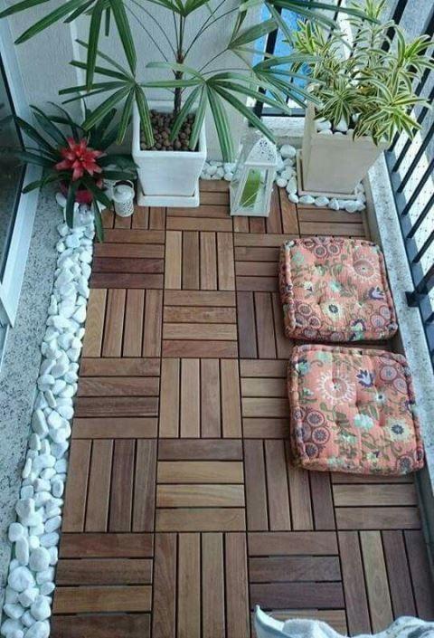 """""""Troque"""" o piso da varanda sobrepondo as placas de deck de madeira: mas mantenha a manutenção do piso abaixo."""