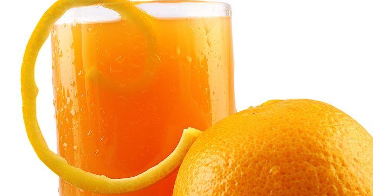 Tips para exprimir naranjas. Elaborar un delicioso jugo de naranja a veces no es tan fácil como parece. ¿Cuántas veces terminas lamentándote por la cantidad de líquido que no pudiste extraer? Para todo hay una técnica y si la conoces, verás cómo aprovechas al máximo la fruta. No tienes que comprar costosos utensilios, ni aparatos eléctricos de alta tecnología. Con un simple ...