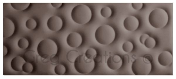 Cabecero de cama modelo BUBBLE tapizado en polipiel color marrón ceniza.