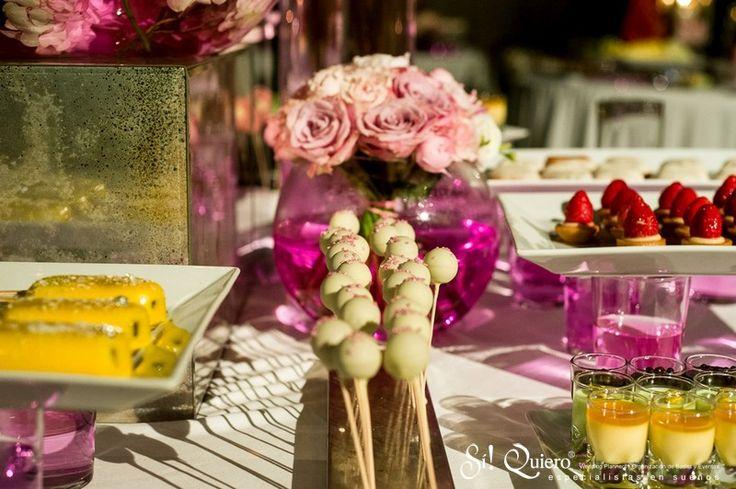 Postres en buffet centro floral rosa de boda
