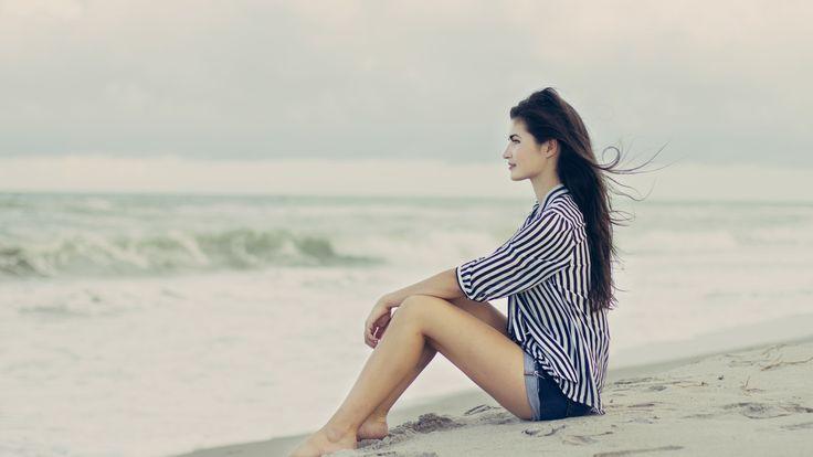 девушка, брюнетка, пляж, песок