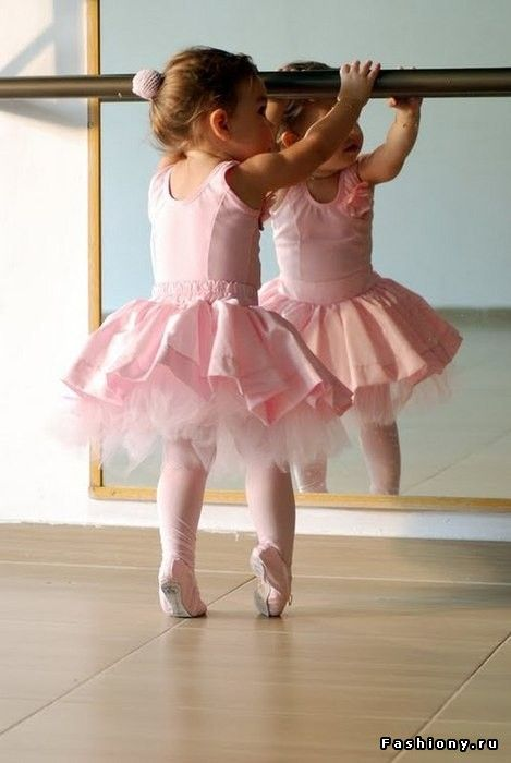 Балетный костюм / ноги балерины без пуантов