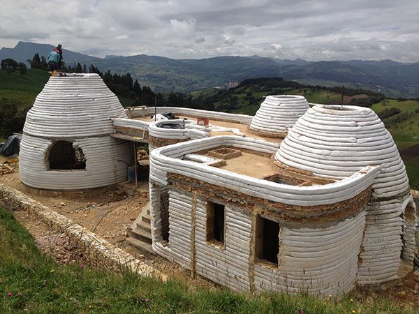 Casa Antakarana / Vivienda Rural / La Calera, Cundinamarca / Diseño: Jose Andrés Vallejo / Constructor: Jose Andrés Vallejo / Área Cubierta: 150m2 / Superadobe / Año: 2012