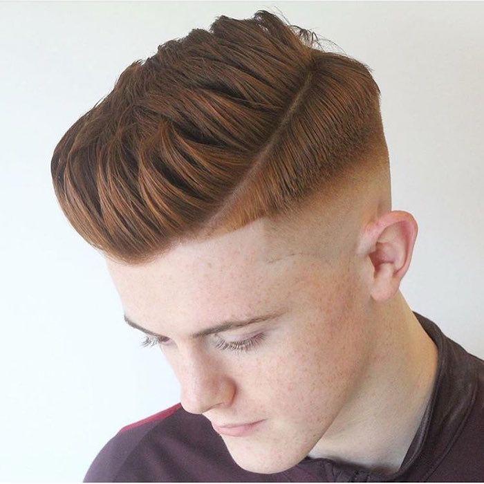 coupe de cheveux homme dégradé haut sur le coté style coupe pompadour homme roux
