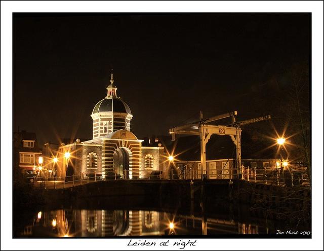 De Morspoort in Leiden bij nacht. Mooie stad om de vakantie in door te brengen.