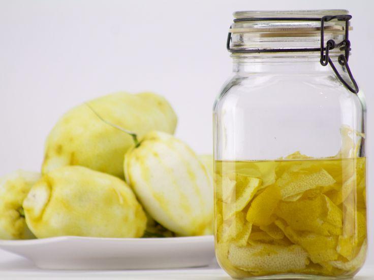 Rengöringsmedel som vi köper i affären är fulla av gifter. Gör i stället din egen med citrusskal. Giftfri, miljövänlig, och dessutom snabbt och enkelt.