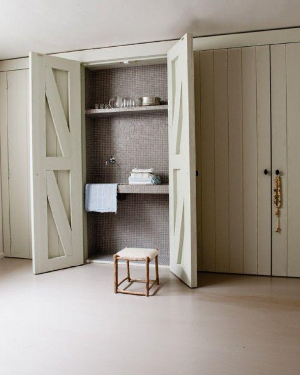 Bijzondere oplossingen voor een klein huis | Inbouwkast als wastafelmeubel
