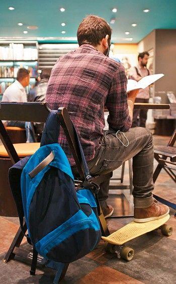 Um leitor sem pressa na loja Geek, uma das sete unidades do Conjunto Nacional (SP) (Foto: Arthur Nobre)