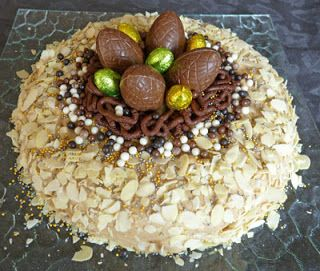 """Délices aux pays des olives : recettes du sud, Portugaises, Italiennes et d'ailleurs: Gâteau """"nid de pâques"""" crème mousseline praliné"""