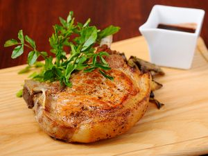 米沢豚の骨付き豪快ロースト 焦がしニンニクのポルトソース